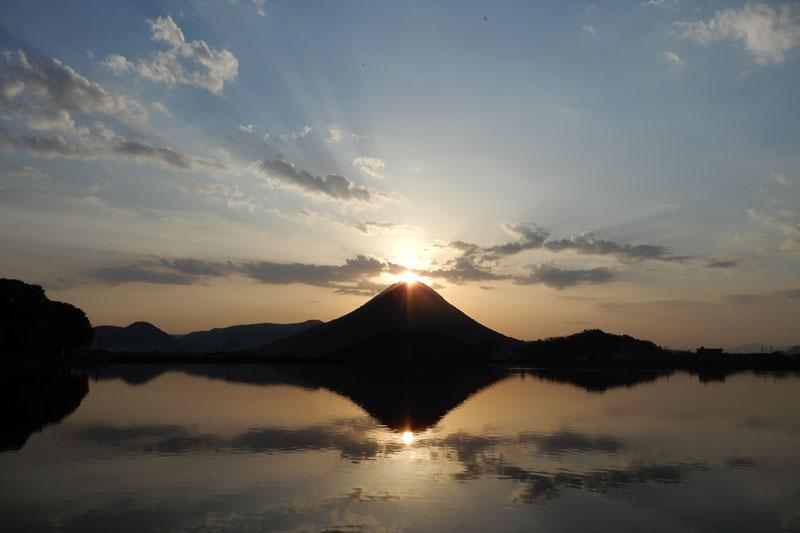 年に数日しか見られない輝き「ダブルダイヤモンド讃岐富士」