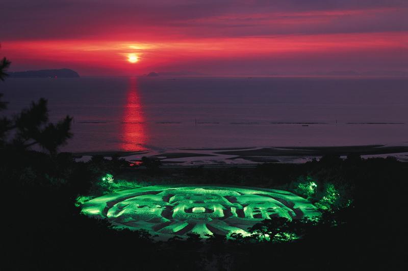 【琴弾公園】銭形砂絵の期間限定ライトアップ